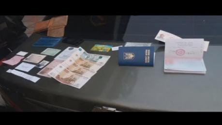 СБУ продемонстрировала задержание подполковника ГРУ РФ и его сына, которые везли в Россию секретные документы против Украины