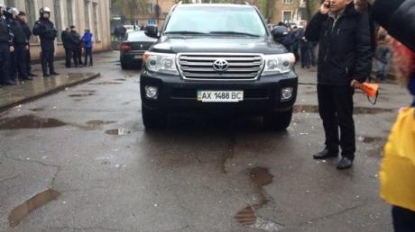 """В Харькове кортеж """"Оппозиционного блока"""" врезался в толпу и переехал активиста"""