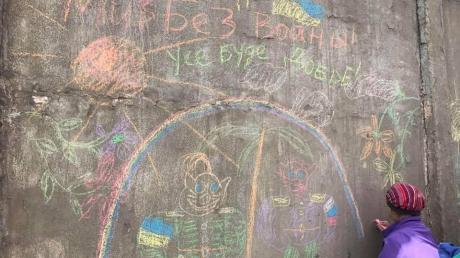 Тренер с детьми разрисовали стену штаба 76-й псковской десантной дивизии антивоенными рисунками: в России по этому поводу разгорелся скандал, а стену пришлось срочно закрасить — кадры
