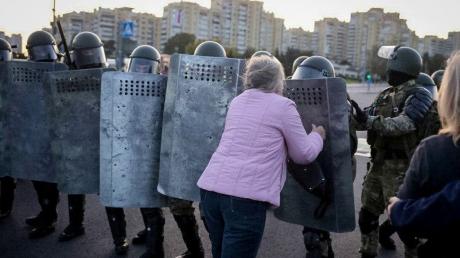 В Минске жесткие задержания белорусов попали на видео, силовики применили водометы