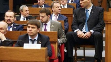 Фотофакт: депутат Госдумы РФ Валуев не поместился в кресле Парламента Беларуси, экс-боксер сделал обиженное заявление