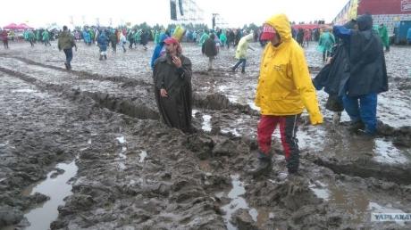 """""""Нашествие"""" потонуло в грязи: стихия сорвала россиянам самый популярный рок-фестиваль"""