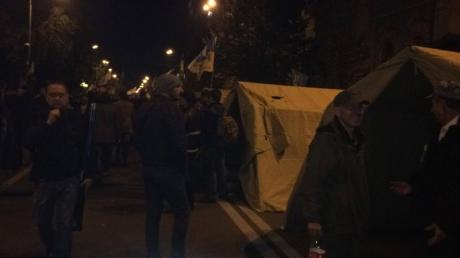 Возле здания Верховной рады закончился митинг оппозиции, но остались палатки с протестующими