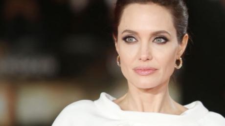 Анджелина Джоли поразила фанатов в почти прозрачном платье - фото