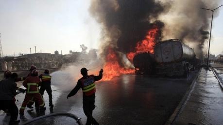 В Пакистане погибло 123 человека в результате возгорания бензовоза