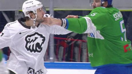 Матч КХЛ: белорус Евенко одним ударом уложил россиянина Семенова – кадры драки