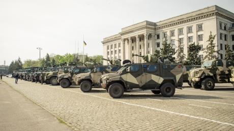 Более 1000 силовиков с военной техникой взяли под контроль Куликово поле в Одессе для противодействия террористическим провокациям