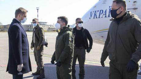 """""""Так много людей"""", - Зеленский прилетел на Донбасс к военным с важной миссией, видео"""