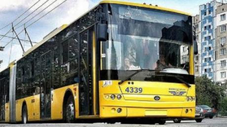 В Киеве замечание пассажира о маске в троллейбусе переросло в драку: мужчину выгнали и избили
