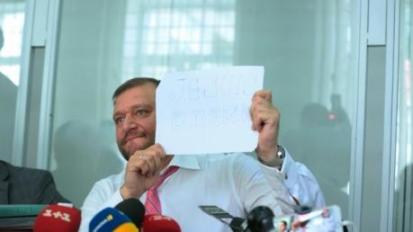 """Je suis Dobkin: один делал селфи, а второй снова под """"наркотой"""". Соцсети высмеяли братьев Добкиных в зале суда — кадры"""