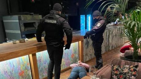 В Киеве один из ресторанов отказался идти на карантин - полиция пошла на штурм