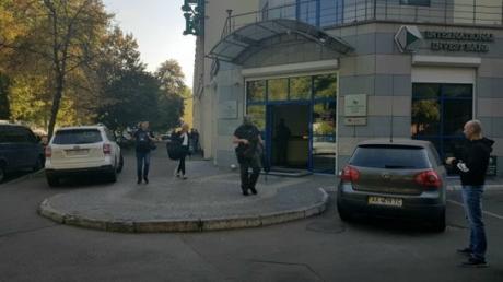 В Киеве силовики провели обыск в офисе банка экс-президента Украины Петра Порошенко