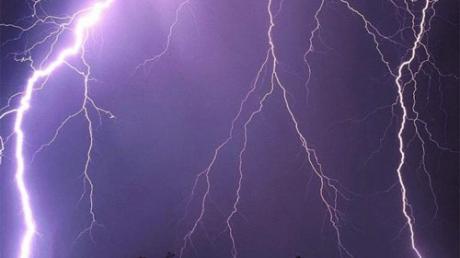 Под Астраханью 11-летняя девочка трагически погибла от удара молнии: ее нашел дедушка лежащей посреди дороги