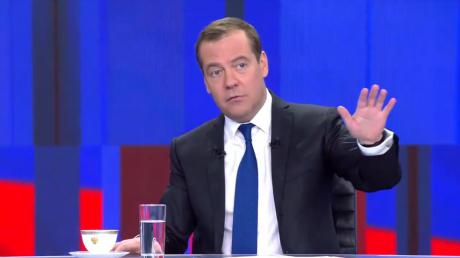 """""""Картельный сговор"""", - Медведев назвал падение цен на нефть заговором против России"""