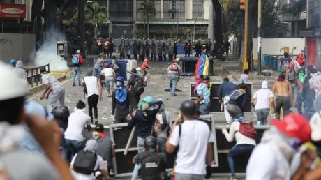 Революция в Венесуэле: тысячи людей, улицы в огне и погибшие - новые кадры