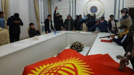 Протестующие в Бишкеке заняли Белый дом: кадры из резиденции