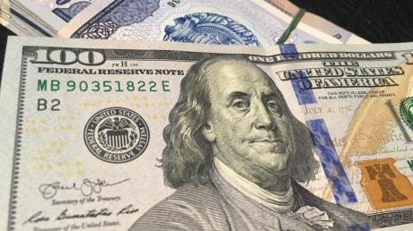 "Доллар ""рухнул"" ниже 24 гривен: курс валют в Украине побил рекорд 2016 года"