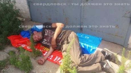 """""""ЛНР"""" показали цену ее """"флага"""": кадры, как житель ОРЛО на """"символе"""" террористов выспался прямо на улице"""