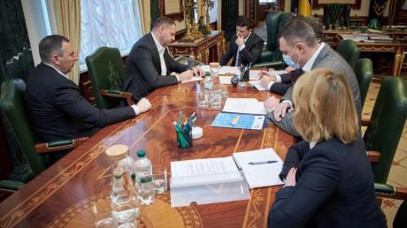 На совещании в кабинете Зеленского по коронавирусу заметили необычную деталь, фото