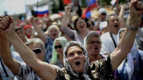 """""""Сил больше нет! Ненавижу всех этих тв***й!"""" - жители оккупированного Донбасса рассказали о новых проблемах с """"пенсиями"""" и """"пособиями"""" """"ДНР"""""""