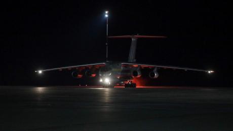 """В Украину из Китая самолет """"ИЛ-76"""" Вооруженных сил Украины доставил 250 тысяч экспресс-тестов на коронавирус"""