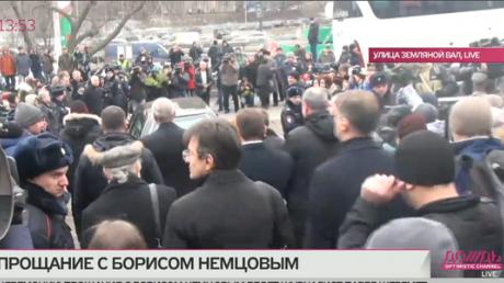 Немцова от центра им. Сахарова провожают под аплодисменты