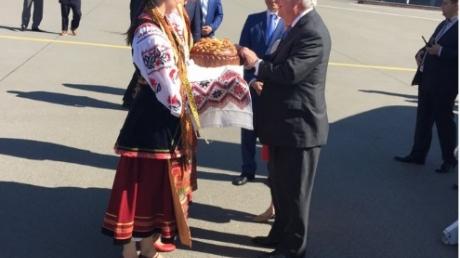 Сразу после G20: В Украине стартовал визит госсекретаря США Тиллерсона –  первый кадр Госдепа с украинским караваем