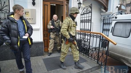 В киевском офисе олигарха Новинского проходит обыск. В помещении находятся 50 автоматчиков