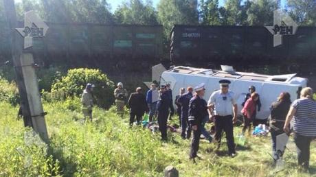 В России поезд на переезде протаранил автобус с музыкантами - много жертв: опубликованы фото