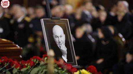 В последний путь: Юрия Лужкова похоронили в Москве