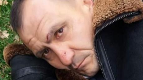 Россиянин порвал флаг Украины в сквере Небесной варты: теперь говорит, что перепутал с флагом РФ