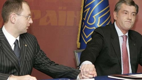 Ющенко обвинил Кабмин Яценюка в резком падении гривны