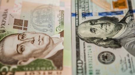 Курс валют на 13 марта: гривна стремительно падает вниз, доллар растет, детали