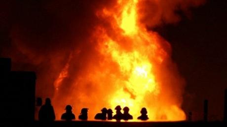 В США загорелся поезд с цистернами нефти, пламя перекинулось на близстоящие дома