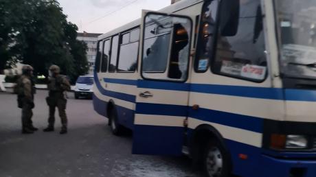 В Луцке спецназ пошел на штурм автобуса и уложил террориста Кривоша на асфальт - операция попала на видео