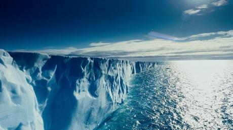 В NASA заинтересовались загадочными дырами в ледниках Арктики