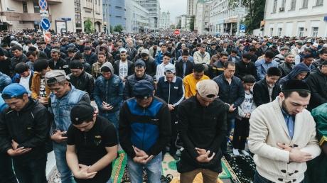 """""""Аллах Акбар"""" из российской столицы: в сети появились шокирующие видеокадры, как тысяча последователей ислама отмечают в Москве праздник Ураза-байрам"""