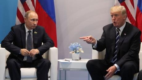 """Язык жестов выдал """"неуверенность и нервозность"""" Путина на встрече с Трампом: эксперт рассказала, что на самом деле скрывалось за """"милой улыбкой"""" и """"крепким рукопожатием"""" двух президентов"""