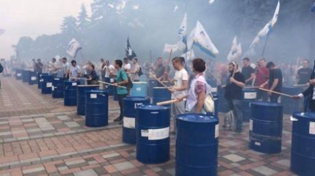 """""""Либо арест, либо шины"""", - в Сети появились захватывающее видео, как активисты под Радой требуют снятия неприкосновенности с депутатов, - кадры"""