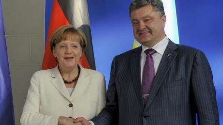 """Меркель поддержала Порошенко: его присутствие в """"панамском досье"""" не повлияет на успехи в борьбе с коррупцией"""