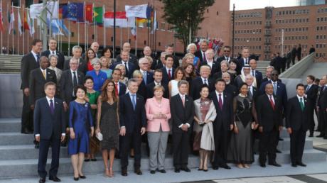"""""""Хоть кружочком обведите… не нашла"""": в соцсетях жестко поиздевались над Путиным, которого не оказалось на совместном фото с лидерами стран G20 - кадры"""