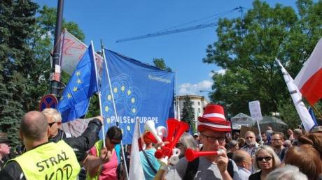 """Поляки массово вышли на майдан, чтобы протестовать: народ считает, что правящая партия """"ПиС"""" убивает демократию, ЕС тоже не в восторге от новой """"реформы"""""""