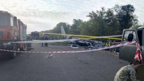 """Под фюзеляжем упавшего """"Ан-26"""" утром нашли тело - в ГСЧС раскрыли подробности"""