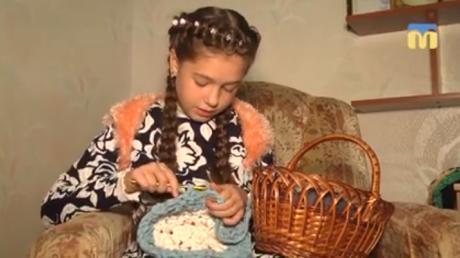 Самый юный волонтер Украины: 11-летняя Лида Немлий плетет коврики и отправляет военным на Донбасс – кадры