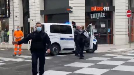Во Франции новый теракт: в Ницце террорист отрезал голову женщине, погибших как минимум трое