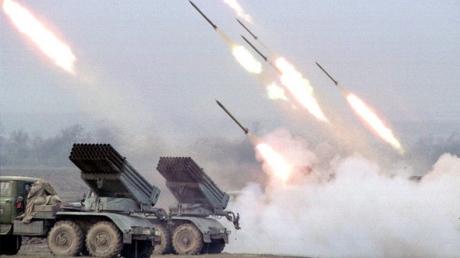 """Дончане сообщают о залпах артиллерии и звуках """"Града"""" из города"""