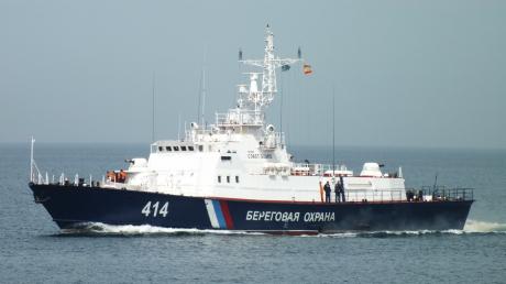 Российский пограничный катер впритык подошел к берегу Бердянска, игнорируя требование ВМС Украины