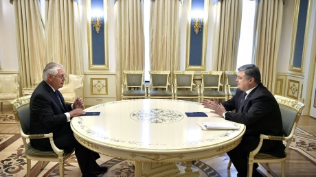 Россия должна прекратить огонь на Донбассе: на встрече с Порошенко Тиллерсон твердо заявил, что США недовольны отсутствием прогресса