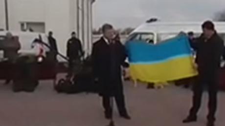 порошенко, визит в харьков, флаг украины, надежда савченко, суд над надеждой савченко, политика, видео, украина