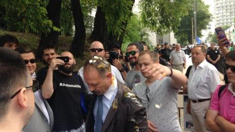 Скандального народного депутата забросали яйцами у здания Верховной Рады: в Сети появились эксклюзивные кадры